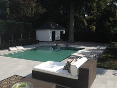 A classic swimmingpool with a modern feel to it in the spacious backyard of a modern home. By Avantgarden.