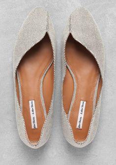 25 Flat Shoes Trending This Winter #shoes  #flats  #heels  #shoes flats Ladies Wedding Shoes, Ladies Flat Shoes, Walking Shoes, Running Shoes, & Other Stories Shoes, Ballerina Shoes, Ballet Flats, Beautiful Lines, Breezeway