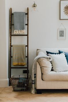 Wooden Vintage Ladder With Throws - A Modern Country Farrow & Ball Kitchen With Oak Parquet Flooring Modern Country Kitchens, Country Kitchen Designs, Country Decor, Rustic Decor, Texture Seamless, Farrow And Ball Kitchen, Oak Parquet Flooring, Country Cupboard, Vintage Ladder