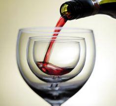 We had a few glasses of wine last night.     昨日の夜、私たちはワインをグラスに何杯か飲んだ。