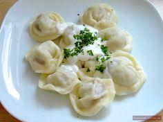 Pelmeni heißt eine russische Nudel-Spezialität mit Fleischfüllung. Dieses Gericht stammt aus Sibirien und war eine beliebte Speise auf Reisen.