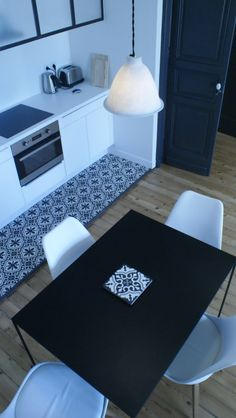 Carreaux de ciment dans la cuisine ouverte et parquet. - Cement tiles in the kitchen and parquet.