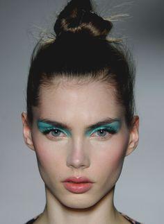 grunge plain face neon eye conceptual make up Makeup Trends, Makeup Inspo, Makeup Art, Makeup Eyeshadow, Makeup Inspiration, Makeup Tips, Eyeliner, Hair Makeup, Make Up Looks
