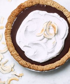 Recipe: Vegan Banana & Chocolate Coconut Pie — Food Processor Baking Recipes from The Weiser Kitchen (Kitchn Coconut Whipped Cream, Toasted Coconut, Banana Coconut, Coconut Chocolate, Tarte Vegan, Vegan Pie Crust, Chocolate Filling, Decadent Chocolate, Chocolate Frosting