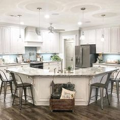 Newest Farmhouse Kitchen Design Ideas To Make Cooking More Fun - Farmhouse kitchen style will be perfect idea if you want to have family gathering in your kitchen during meal time. There are a lot of ideas in decora. Classic Kitchen, Farmhouse Style Kitchen, Kitchen Redo, Home Decor Kitchen, Kitchen Styling, Kitchen Living, New Kitchen, Home Kitchens, Kitchen Ideas