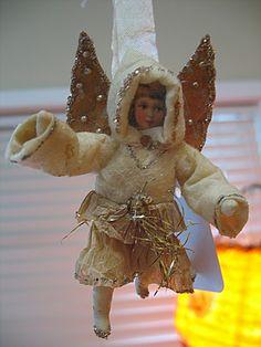 Flying Angel ¸.•♥•.  www.pinterest.com/WhoLoves/Christmas  ¸.•♥•.¸¸¸ツ #Christmas