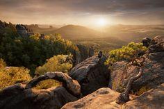 SKALNÍ OBLOUK: Pískovcové stěny Saského Švýcarska nabízejí i velmi zajímavé tvary, které při západu slunce dokážou pěkně vyniknout.