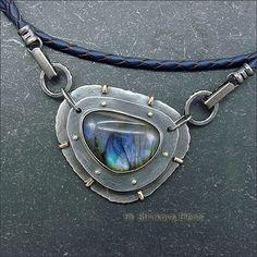Лаконичное ожерелье на кожаном шнуре с лабрадором.