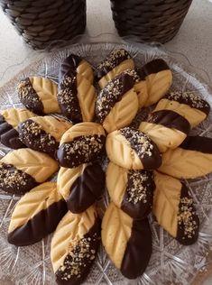 Υπέροχα μπισκότα βουτύρου σε σχήμα φύλλου που λιώνουν στο στόμα και μαζί με την σοκολάτα είναι το κάτι άλλο Biscuit Cookies, Greek Recipes, Cookie Bars, Biscuits, Food And Drink, Cupcakes, Sweets, Ethnic Recipes, Desserts