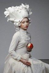 """Por Cristina Luckner, da eduKTransformar papel em arte. É isso que a artista russa Asya Kozina faz. Seu trabalho é impressionante e elaborado. Asya faz vestidos inteiros em papel, máscaras, flores e perucas inspiradas no estilo barroco. Em sua página no Behance, Asya diz: """"isso é arte e estética pura"""