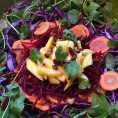 Salade van winterpostelein, rode kool, rode biet, wortel en mango. Met geroosterde pompoenpitten, overgoten met tamari. Dressing: 1 flinke eetlepel tahin, 4 eetlepels olijfolie, uitgeperste sinaasappel, lepel honing en wat peper en zout. Afgetopt met verse koriander. #salade #food #diner #avondeten #watetenwevandaag #gezond #healthy #vitamine #winterpostelein #postelein #zondag #groente #kool #kleurrijk