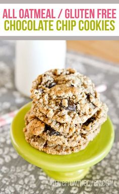 These gluten free chocolate chip cookies are amazing. No special flours needed, they use all oats! Great chocolate chip cookie recipe even for gluten eaters. Gluten Free Deserts, Gluten Free Sweets, Foods With Gluten, Gluten Free Baking, Gluten Free Recipes, Baking Recipes, Dessert Recipes, Gluten Free Chocolate Chip Cookies, Oatmeal Chocolate Chip Cookies