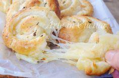 Girelle ripiene al formaggio, antipasto veloce, finger food sfizioso, idea per feste e buffet, ricetta con pasta sfoglia, snack facile, ricetta per ospiti, cena veloce