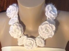 Vând colier cu trandafiri si mărgele perle aplicate in centrul florilor,este reglabil.