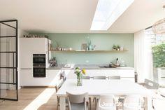 Lichte en moderne open leefkeuken met zeer slanke schuifpui | Jaren 30 architect Kitchen Rules, Kitchen Ideas, Home Kitchens, New Homes, House Styles, Interior, Modern, Table, Room