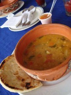 Sopa de Arvejas criollas, con arepa. Comida típica de Venezuela