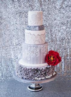 silber graue Hochzeitstorte mit Pailetten und roter Pfingstrose. Hergestellt von FleurDeSucre.ch, Zürich, Schweiz