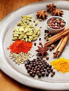 Чтобы Ваше блюдо получилось вкусным и ароматным, нужно знать, какие именно пряности подходят к определенным блюдам:    Для мяса: красный, черный, душистый перец или гвоздика, майоран, тимьян, тмин, ку
