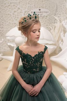 Please read our store policies before placing your order here https://www.etsy.com/ru/shop/Butterflydressua/policy Beautiful Emerald Green flower girl dress with multilayered skirt, corset with lace applique, buttons, and lacing. Item material: upper layer of the skirt- tulle