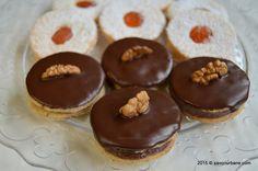 Islere cu nuca si crema de ciocolata Savori Urbane (2) Cookie Recipes, Dessert Recipes, Romanian Food, Keto Cheesecake, Pastry Cake, Food Cakes, Something Sweet, Bakery, Sweet Treats