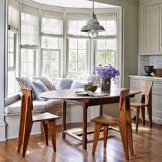 Who wants pancakes? We love this breakfast nook at the Connecticut retreat of @edie_parker accessories designer Brett Heyman and her family. Photo by @williamwaldronphoto