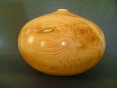 Atelier du Bois Tourné / Woodturning Design: Sculpture en forme de vase en Bois d'If multi-cent...