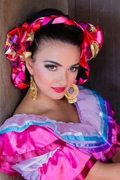 Ballet Folklorico Dancer from Jalisco, Mexico Mexican Fashion, Mexican Style, Mexican Art, Mexican Costume, Beautiful People, Beautiful Women, Mexican Heritage, Beauty And Fashion, Beauty Around The World