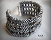 Bracciale perla di polsino bordato di grigio metallizzato bracciale, perline, semi, OOAK, tessere angolo retto