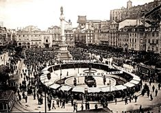 Lisboa de Antigamente: Feira do Livro no Rossio Old Pictures, Old Photos, History Of Portugal, Vintage Photography, Historical Photos, Time Travel, Paris Skyline, Places To Go, Past