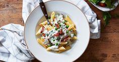 Bacon ger sälta till denna snabblagade pasta med mycket smak.