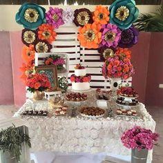 Pequeña mesa de postres de boda con flores #dugorche en color turqueza, naranja…