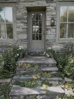 stone and sedum, the perfect welcome Cottage or hotel Outdoor Tub, Outdoor Gardens, Porches, Grey Houses, Stone Houses, Stone Cottages, Country Cottages, Interior Exterior, Exterior Design