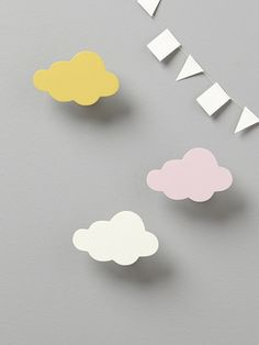 3 portemanteaux en forme de nuage pour décorer la chambre et suspendre les petites affaires de bébé.DétailsCrochet de fixation au dos. Vis fournies. D