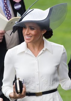 Meghan Markle wears a beautiful Philip Treacy fascinator at the 2018 Royal Ascot event. #meghanmarkle #meghanmarklestyle #royalascot #fascinator
