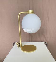 Lumetto in ferro verniciato oro con sfera in vetro satinato. Desk Lamp, Table Lamp, Bauhaus, Lighting, Home Decor, Gold, Chaise Longue, Table Lamps, Decoration Home
