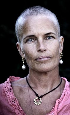 Trendy Hair Women Over 40 Aging Gracefully Beautiful Old Woman, Beautiful People, Beautiful Pictures, Photographie Portrait Inspiration, Advanced Style, Ageless Beauty, Going Gray, Aging Gracefully, Interesting Faces