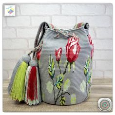 9 отметок «Нравится», 1 комментариев — Wayuu Bags &Bikini etc. (@wayuukiss) в Instagram: «Wayuu bag one strand รุ่น premium flower ราคา 5200 -/ •ฐาน 9นิ้ว สูง 10.5นิ้ว •สายยาว 106 cm. •ฟรี…»