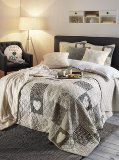 Herttainen makuuhuone syntyy Koodi Hertta -tilkkupäiväpeitteellä ja -tyynynpäällisillä. https://www.hobbyhall.fi/web/store/koti-ja-sisustus?utm_medium=pin&utm_campaign=j8_2014&utm_source=pinterest&utm_content=fiiliskuvat