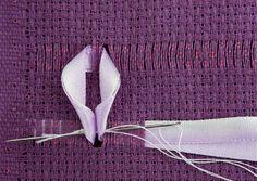 Dê alguns pontinhos na base da flor, utilizando linha e agulha para costura.