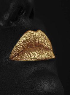 Golden kiss lips Black and gold Black Women Art, Black Art, Black Gold, Color Black, Gold Gold, Black And Gold Aesthetic, Mode Poster, Or Noir, Gold Bridal Earrings