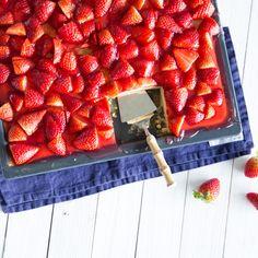 Fruchtiger Blechkuchen mit Erdbeeren - schnell und einfach Baking Recipes, Cake Recipes, Dessert Recipes, Desserts, No Bake Cookies, No Bake Cake, Mousse, Sweet Little Things, Home Bakery
