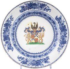 Assiette aux armes de la famille hollandaise Jonge en porcelaine de Chine de la Compagnie des Indes d'époque Qianlong Les armes, peintes en émaux polychromes sur couverte au centre de l'assiette sont entourées d'un griffon et d'un lion, dorés et dressés sur leurs pattes arrières, et surmontées d'un heaume au large panache bleu et doré, sur lequel se tient un cygne noir aux ailes déployées