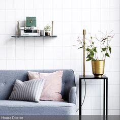 Die Mustertapete mit Kacheln ist für ein Wohnzimmer eine ungewöhnliche, aber innovative Wahl.  - mehr auf roomido.com