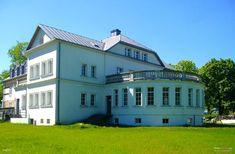 Pałac w Pawłowie wzniesiony na początku XIX w. Przed II wojną światową w pałacu funkcjonowała szkoła rolnicza, w której zajęcia dla okolicznej młodzieży odbywały się tylko porą zimową (pozostałe pory roku uczniowie spędzali na pracach polowych). Po II wojnie światowej pałac początkowo należał do Międzynarodowego Funduszu Leasingowego z Olsztyna. Obecnie należy do prywatnych inwestorów z Gdyni i jest w trakcie remontu przystosowującego go do pełnienia funkcji hotelowo-gastronomicznych.
