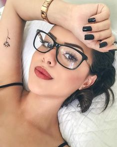 Selfies con las que podrás presumir a gusto tus tatuajes Selfies with which you can show off your tattoos at ease Circle Glasses, Cute Glasses, Girls With Glasses, Glasses Frames, Glasses Style, Lunette Style, Fashion Eye Glasses, Makeup For Glasses, Selfie Poses