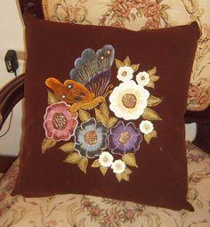 Almohadones decorativos pirograbados en gamuza y pintados a mano