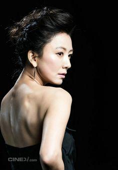 Kim Hee Ae (김희애) looking back K Beauty, Asian Beauty, Asian Celebrities, Perfect Love, Secret Love, Korean Actresses, Love Affair, Elegant Woman, Beautiful Asian Girls