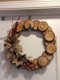 Rustic Christmas, Christmas Wreaths, Christmas Crafts, Christmas Decorations, Christmas Ideas, Xmas, Wood Slice Crafts, Wood Crafts, Wooden Wreaths