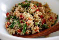 Este plato es más bien conocido como una ensalada de quinoa con atún, pero también se puede tomar caliente, eso ya dependerá del gusto quedel cocinero que