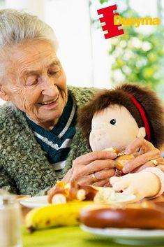 Die Joyk® Empathie-Puppen sind von hohem therapeutischen Wert👍 und somit auch für Erwachsene👩🦳, die den Zugang zu ihren Gefühlen verloren haben, traumatisierte Menschen, Personen mit Demenz oder anderen emotionalen Beeinträchtigungen wie Autismus oder frühkindlichen Bindungsstörungen.🤱 Bei der Entwicklung den Empathie-Puppen wurden alle Merkmale, die zur Bindung gehören aufgenommen. Trägt man die Puppe links am Herzen❤️ auf dem Arm🤱, entsteht ein direkter Blickkontakt👁. Der Arm, Dementia, Autism, People, Puppets